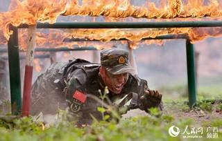 一名特战队员正在通过火网(陈漫欢 摄)
