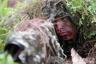 一名特战队员在进行狙击训练(唐延春 摄)