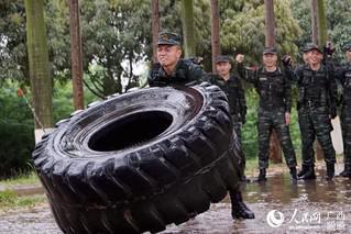 一名特战队员在进行体能极限训练(唐延春 摄)