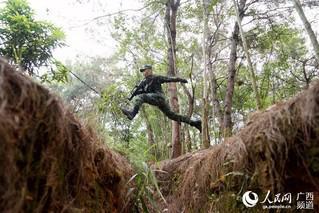 一名特战队员正在跨越壕沟(唐延春 摄)