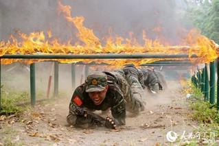 特战队员正在通过火网(唐延春 摄)