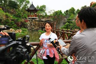作家、旅游时尚达人、电视台导演徐小婷在罗汉松园接受媒体采访