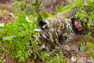一名特战队员正在进行狙击训练(闭建辉 摄)