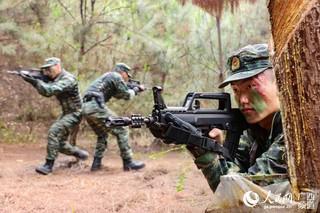 三名特战队员正在进行搜捕训练(闭建辉 摄)
