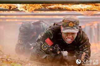 特战队员正在通过火网(陈漫欢 摄)