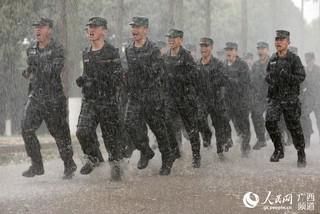 特战队员在暴雨中前行(陈漫欢 摄)