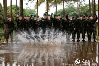 一名特战队员在进行体能极限训练(陈漫欢 摄)