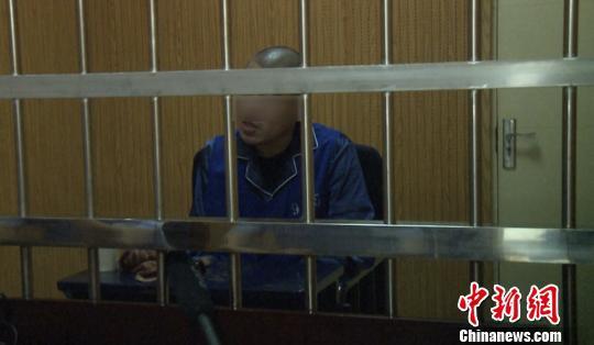 嫌疑人接受讯问。警方 供图