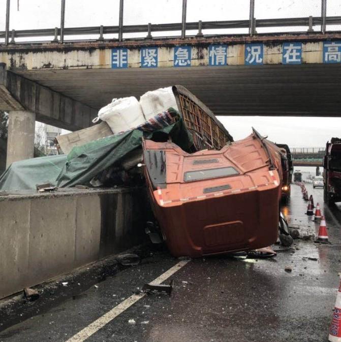 惊险!司机高速路上打盹 南宁一大货车惨遭解体