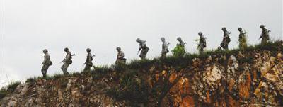 南部战区陆军某边防旅官兵,巡逻在国界线上。