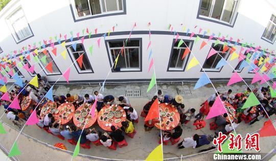 图为凌云县伶站瑶族乡那利搬迁安置点的百家长桌宴。 米儒聪 摄