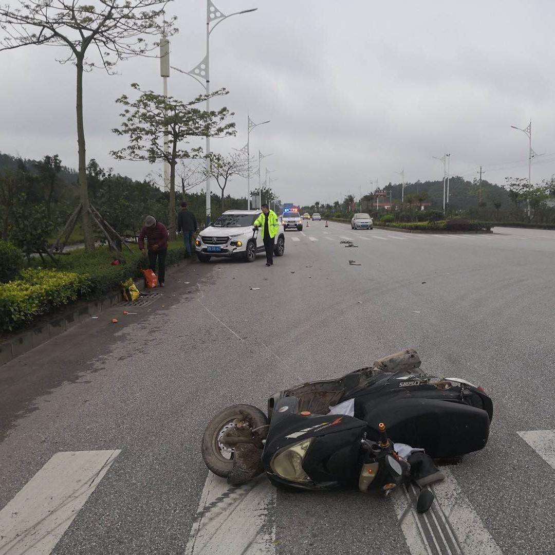 斑马线前没减速!钦州男子驾车撞飞摩托车十几米
