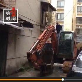 桂林某小区200余人聚集拆除违建 现场动用2台挖掘机