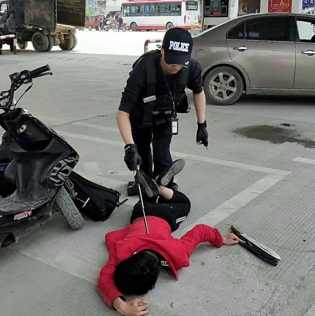 超帅气!桂林一警察单身制伏2名古惑仔 围观群众点赞