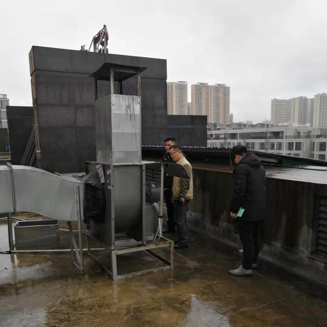 贵港城区这个地方餐饮油污直排 居民有话要说