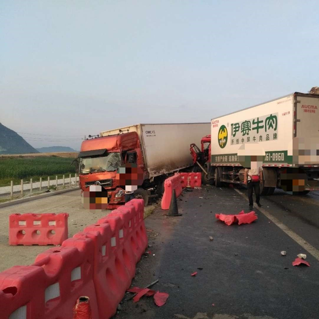 泉南高速两货车相撞!交通一度中断 有人被困驾驶室