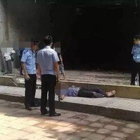 柳州男子街头被人砍倒在血泊中 民警一招制服行凶者