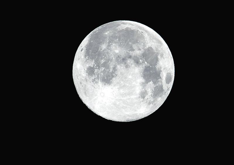 """3月10日凌晨2时的福利彩票网址多少啊,""""超级月亮""""   记者宋延康 摄"""