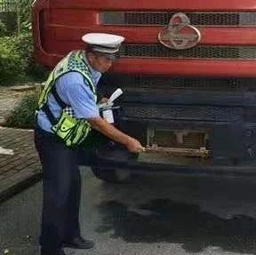 """南宁货车司机自制遥控开关 行驶中车牌就玩""""消失"""""""