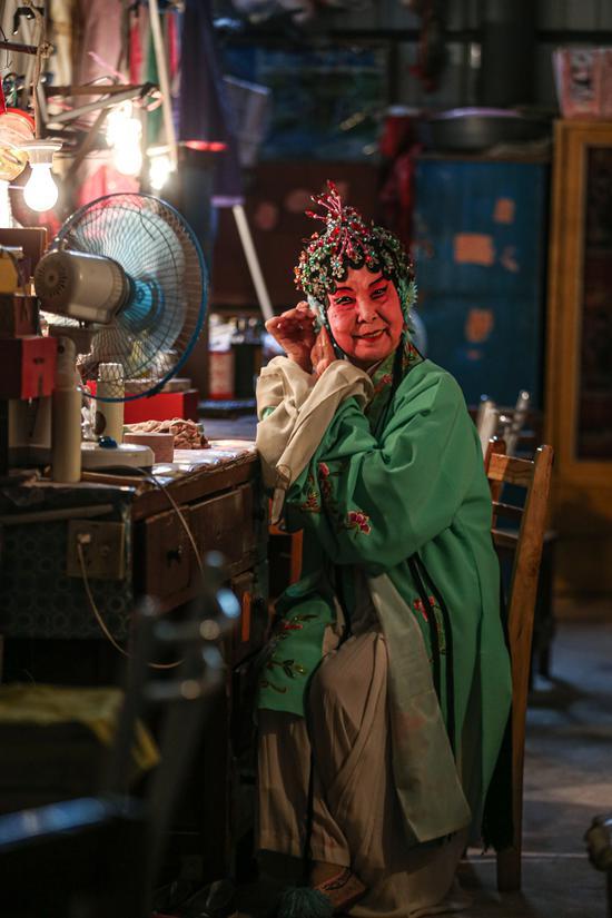 李丽珠81岁,原桂剧专业演员,现为剧团团长。