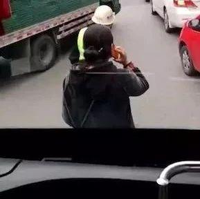 霸道女早高峰错过公交拦车半小时 还称要投诉司机