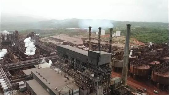 正在进行生产的阿尔帕特氧化铝厂。新华社记者 朱晓光 摄