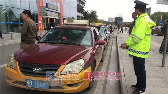 在机场对巡游出租车开展执法检查(通讯员 张学颖 摄)