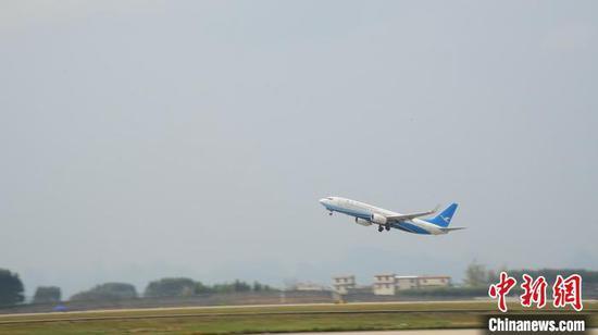 务工人员搭乘的飞机起飞前往杭州萧山机场。 王以照 摄