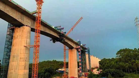 濑侄西江双线特大桥80米大跨度连续梁合龙 通讯员 莫小斌 摄
