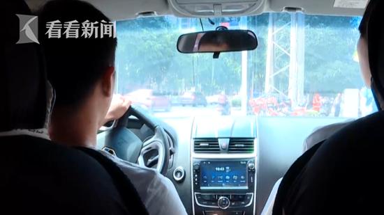 下车时,男乘客还说,29日继续预订他的车去扶绥县见客户。
