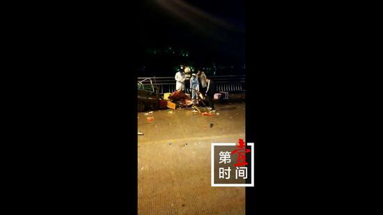 恭城一大货车越线超车撞上三轮车后险坠河 致1人死亡