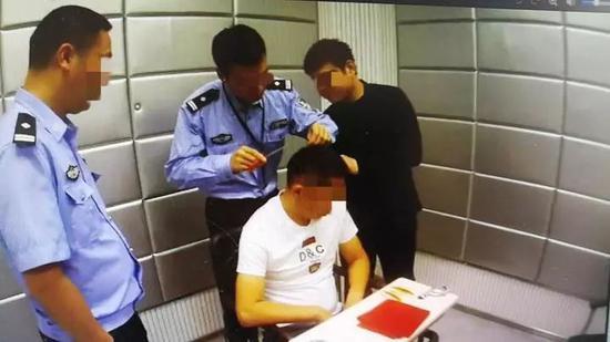 警方在提取头发样本用于吸毒检测