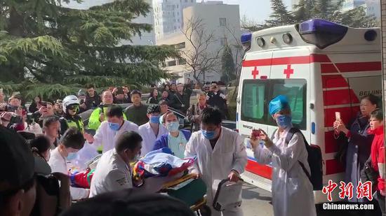 4日上午,患者抵达中日友好医院。中新网 杨雨奇 摄