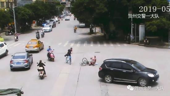 贺州老人在十字路口摔倒 第一个冲上去的是他