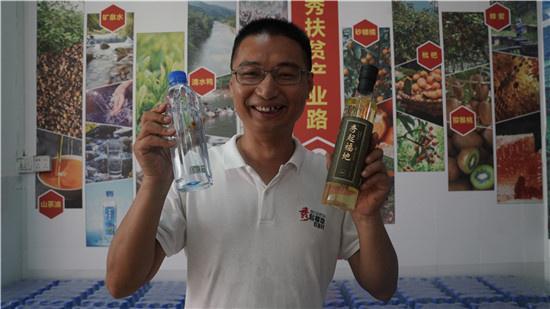 百坭村现任第一书记杨杰兴。广西新闻网记者 林亮摄