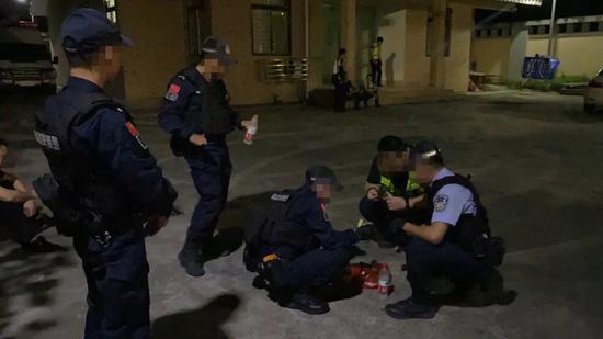 """猛!桂林警方高速开车""""硬怼""""毒贩 鸣枪拦截抓捕"""