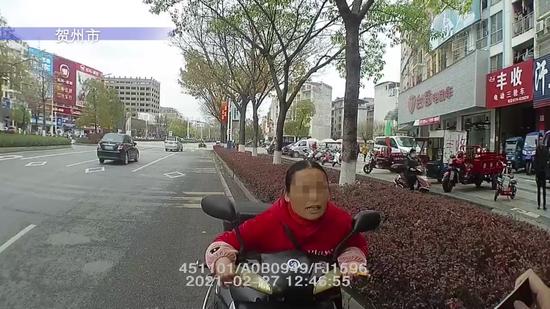 """广西逆行大妈掏出5000元买的""""秋名山车神老司机证"""""""