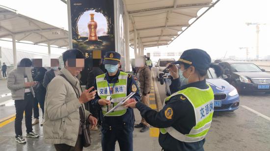 发生了什么?南宁吴圩机场外发生一幕:乘客集体追车