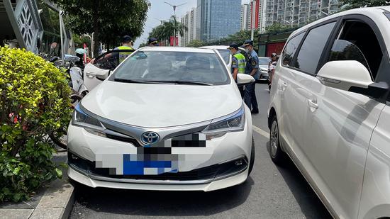 南宁一涉嫌非法营运的网约车竟狠踩油门撞向执法车辆