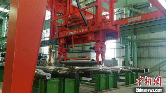 广西钢铁集团有限公司冷轧厂磨辊间装载机正在吊运轧辊 翟李强 摄