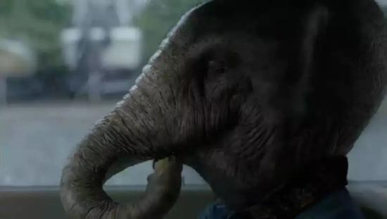 """▲电视剧中,凯文在精神幻觉中将奥丽芙看成大象,他感到恐惧。小说原文是另一种情境:""""他感觉到她身体的庞大,一个念头在脑中一闪而过——仿佛身旁坐了一只天真可爱、意图加入人类王国的大象,前腿在膝盖处向后弯折,说话时躯干几乎一动不动。""""图片来源:《奥丽芙·基特里奇》剧照。"""