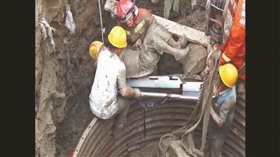耗时两小时,坠井工人被救出