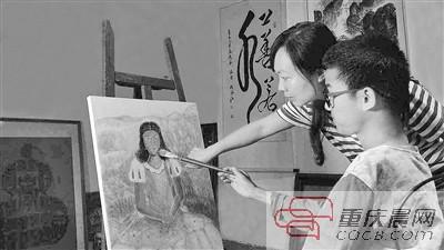 杨雪梅陪儿子画画。 受访者供图