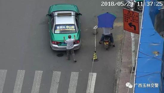 在白发男的掩护下,出租车驶离。