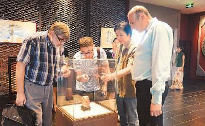 外国艺术家到广西美术馆参观、交流