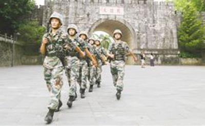 南部战区陆军某边防旅金鸡山边防连官兵在友谊关巡逻执勤。