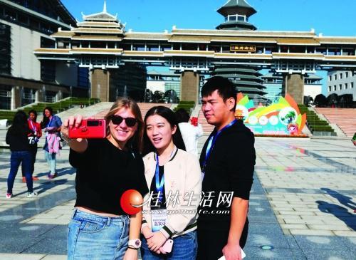嘉宾代表来到临桂新区参观。记者李凯 摄