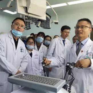 吸着氧气做手术 他们在世界屋脊救死扶伤