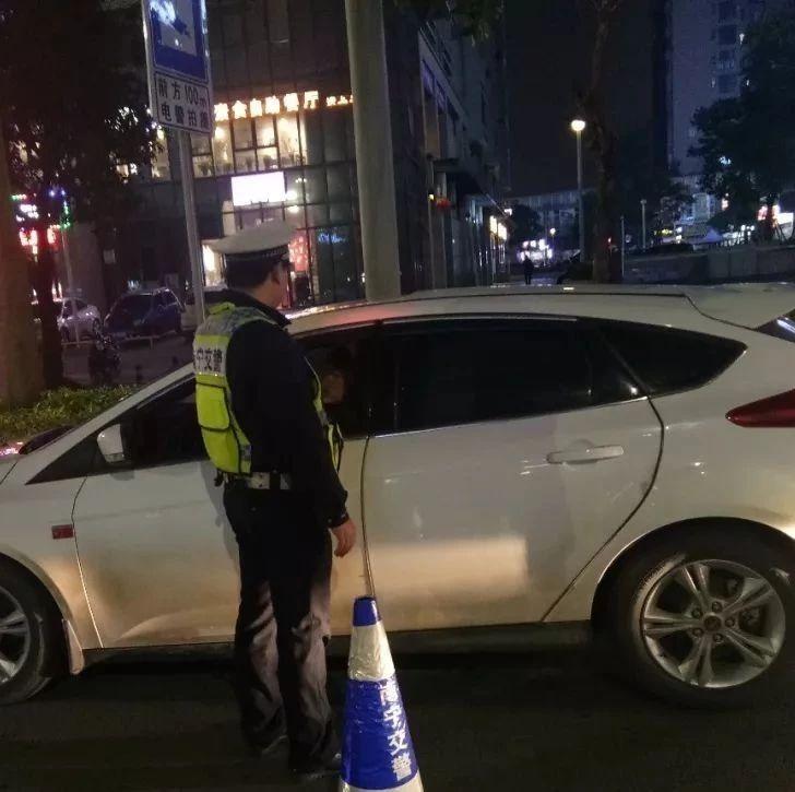 南宁:男子醉酒驾驶被查 同车人也一起进了拘留所