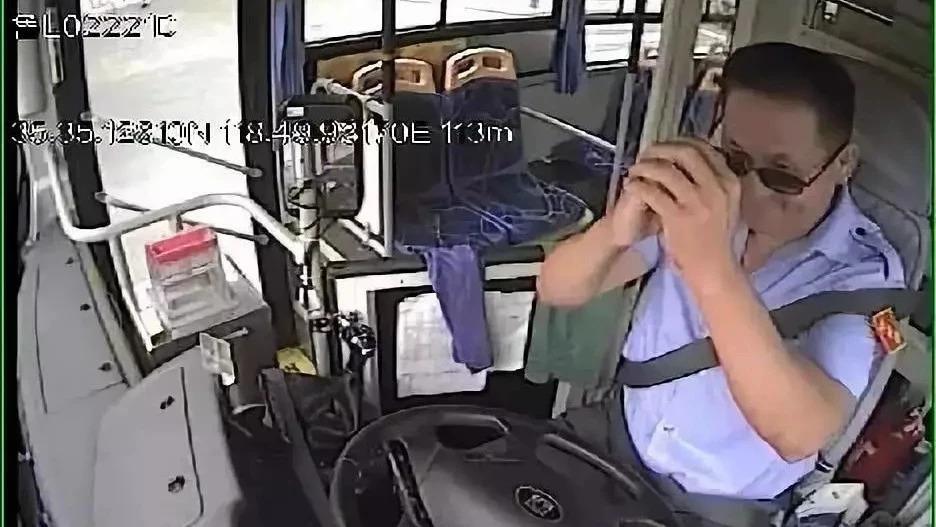 暖心!公交司机斑马线礼让小学生 男孩拱手回礼致谢